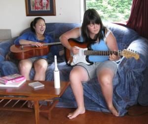 娘からギターを習うYちゃん